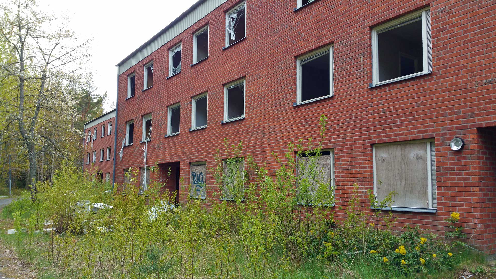 abandoned-apartment-block-sweden-10