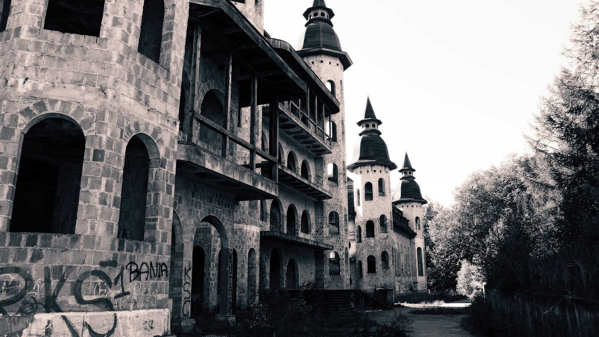 abandoned-castle-poland-3